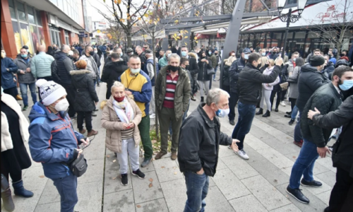 """(VIDEO)""""Narod će uzeti stvar u svoje ruke"""". Protest protiv migranata posle ubistva u Sarajevu"""