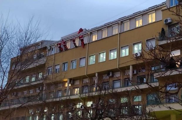 (FOTO)SJAJNO. Prerušeni u Deda Mraza oduševili bolesne mališane