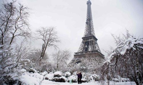 Sneg u Parizu i okolini u novogodišnjoj noći