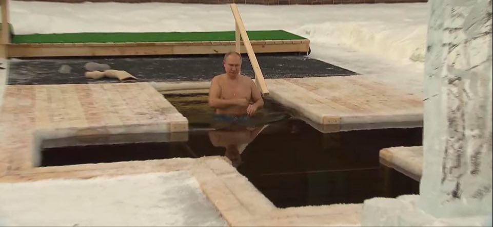 (VIDEO)Putin se okupao u ledenoj vodi za Bogojavljenje