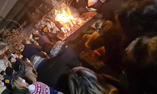 (VIDEO)Pariz: Badnje veče, paljenje badnjaka, veselje uz trubače…