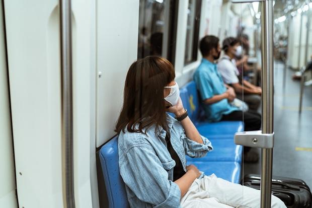Francuska: Preporuka da se ne razgovara i telefonira u javnom prevozu da se ne bi širio virus